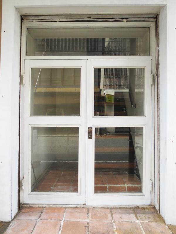 専用入口を外から見るとこんな感じ。