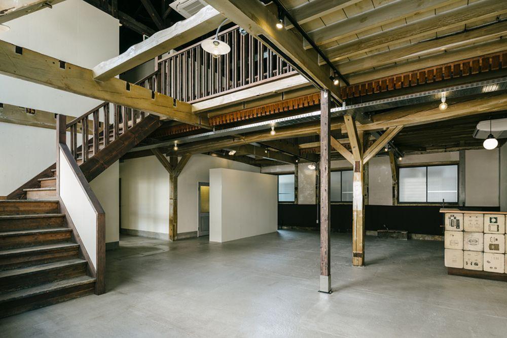 1階の玄関広間。2階は事務所区画。