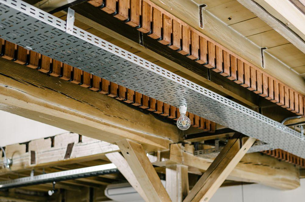 かつての印刷工場で印刷物を乾かすために使われていた造作材は天井に意匠として取り付けました。