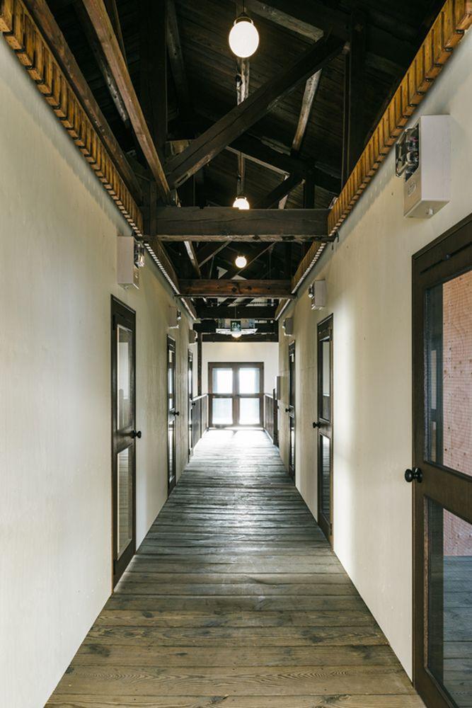 学校を思わせる2階の中廊下