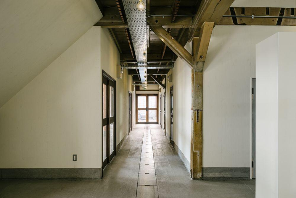 1階。廊下を挟んで左側は店舗区画、右側は事務所区画。