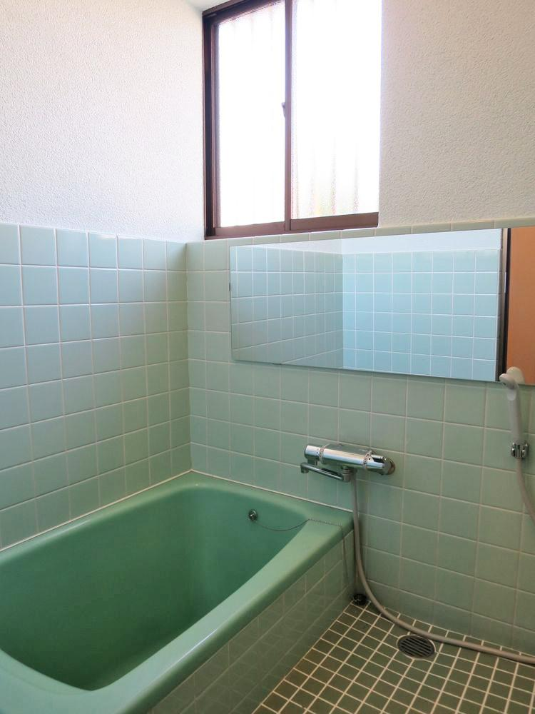 窓があって明るい浴室(既存再利用)