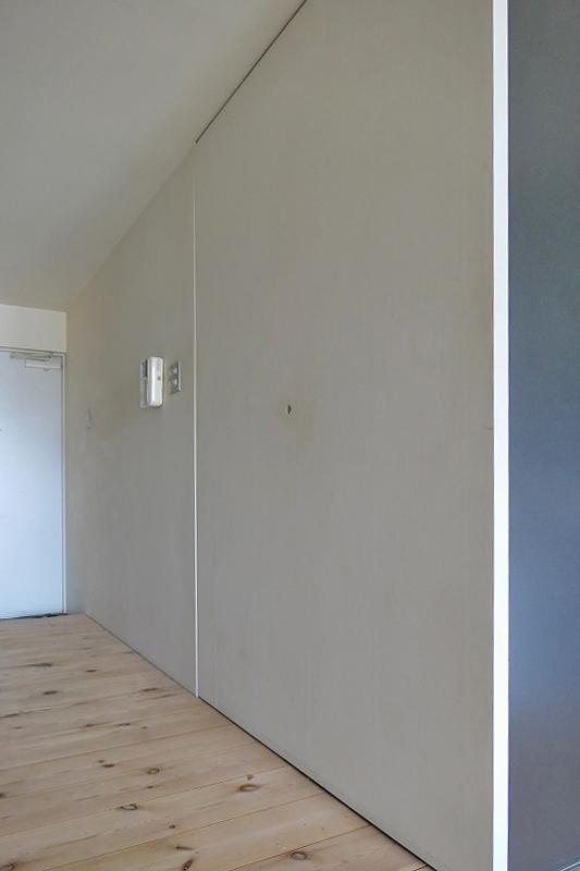 ドアの枠や取手がない、限りなく無駄を省いた美しいデザイン建具