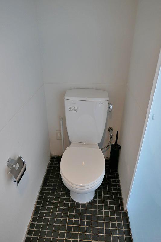 トイレ。向かいにシャワーブースあり
