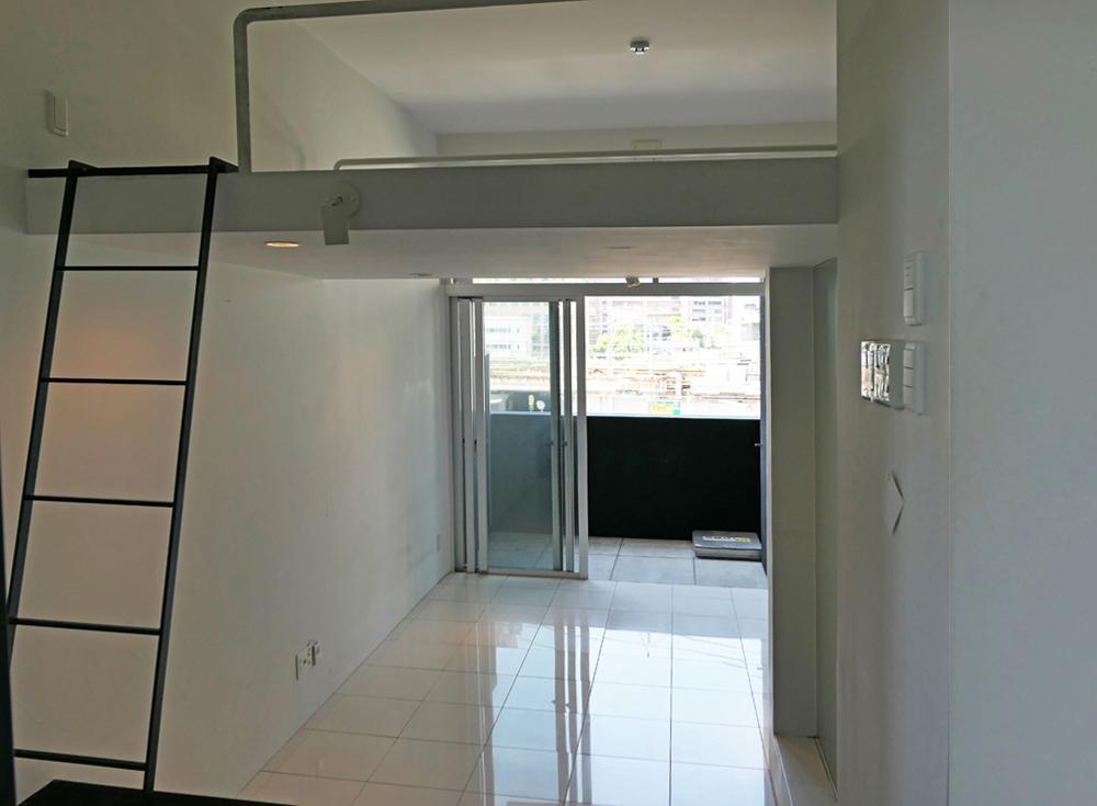 差し込む光が白のタイル床に反射して明るい室内