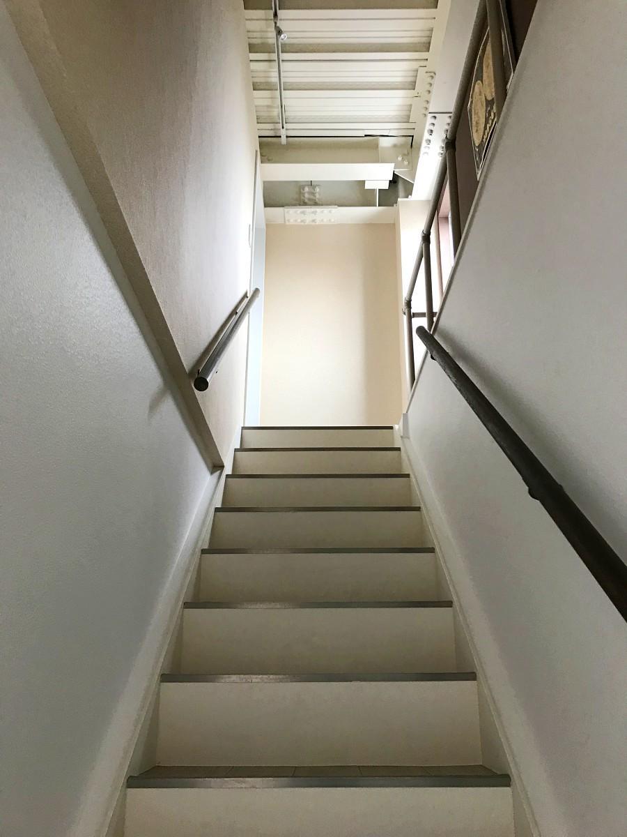 3階への階段。光が差し込みます