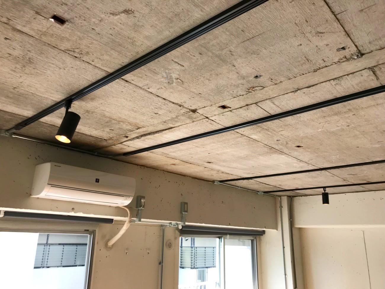 天井の雰囲気。黒いダクトレールが似合います