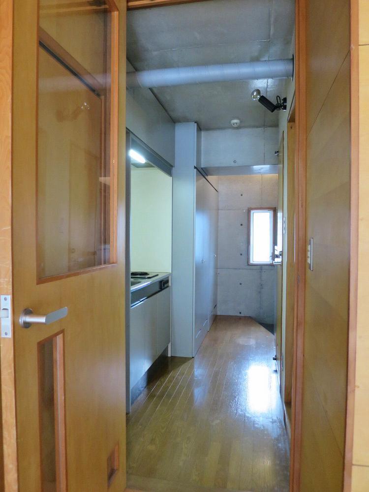 廊下は収納と水まわりの空間