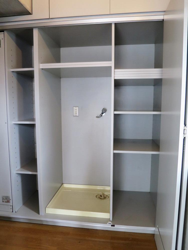 洗濯機置場と棚、扉を閉めてすっきり隠せます。