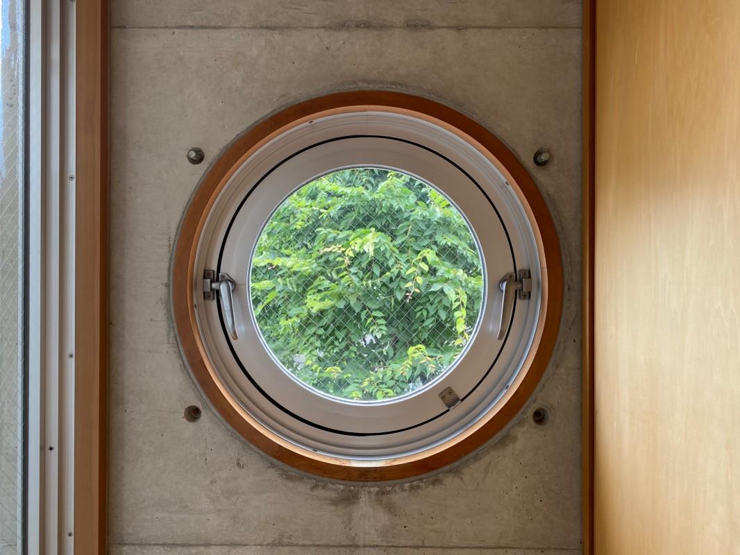 無骨なコンクリートに可愛い円形窓。ギャップ萌えします。