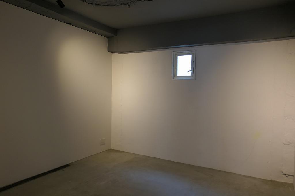 小さい窓一つ。ギャラリーやスタジオに良さそうな区画もあります(04号室)