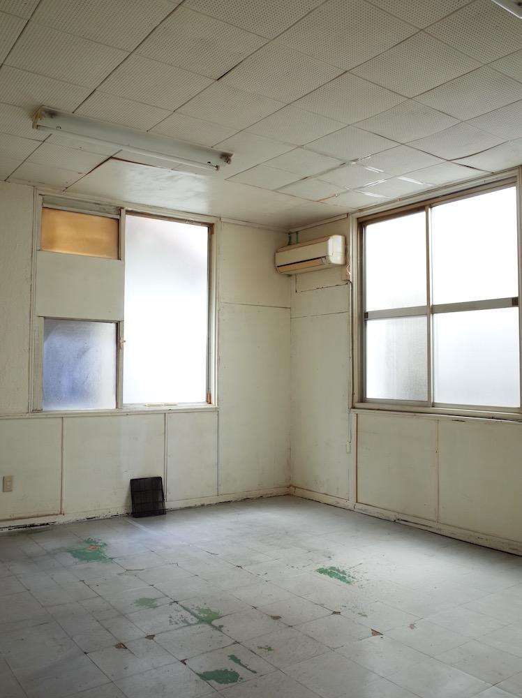 左手の窓はFIX、右手の窓は開きますが隣のビルが迫ってます。眺望は期待なさらず。