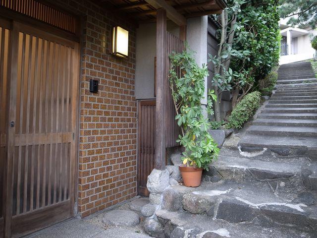 階段を降りた先に玄関