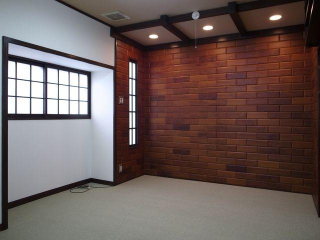 1階洋室(奥の壁は柄クロスじゃなく木製パネル!)