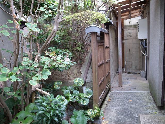 1階和室から見える庭。右奥は洗濯機置場