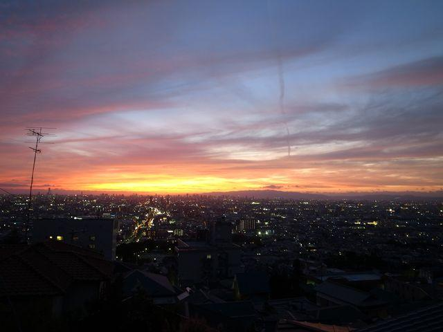 夜のとばりが降りるころ、街にも明かりが灯ります