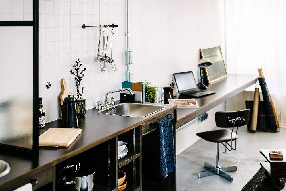 デスクにもテーブルにも収納にもなる多機能カウンターキッチン