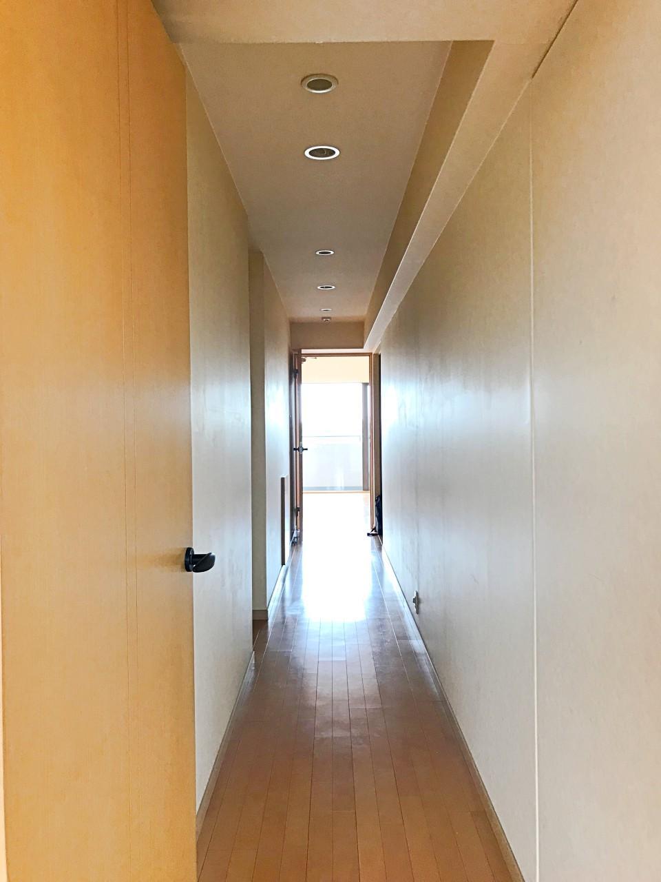 LDKと洋室をつなぐ長い廊下