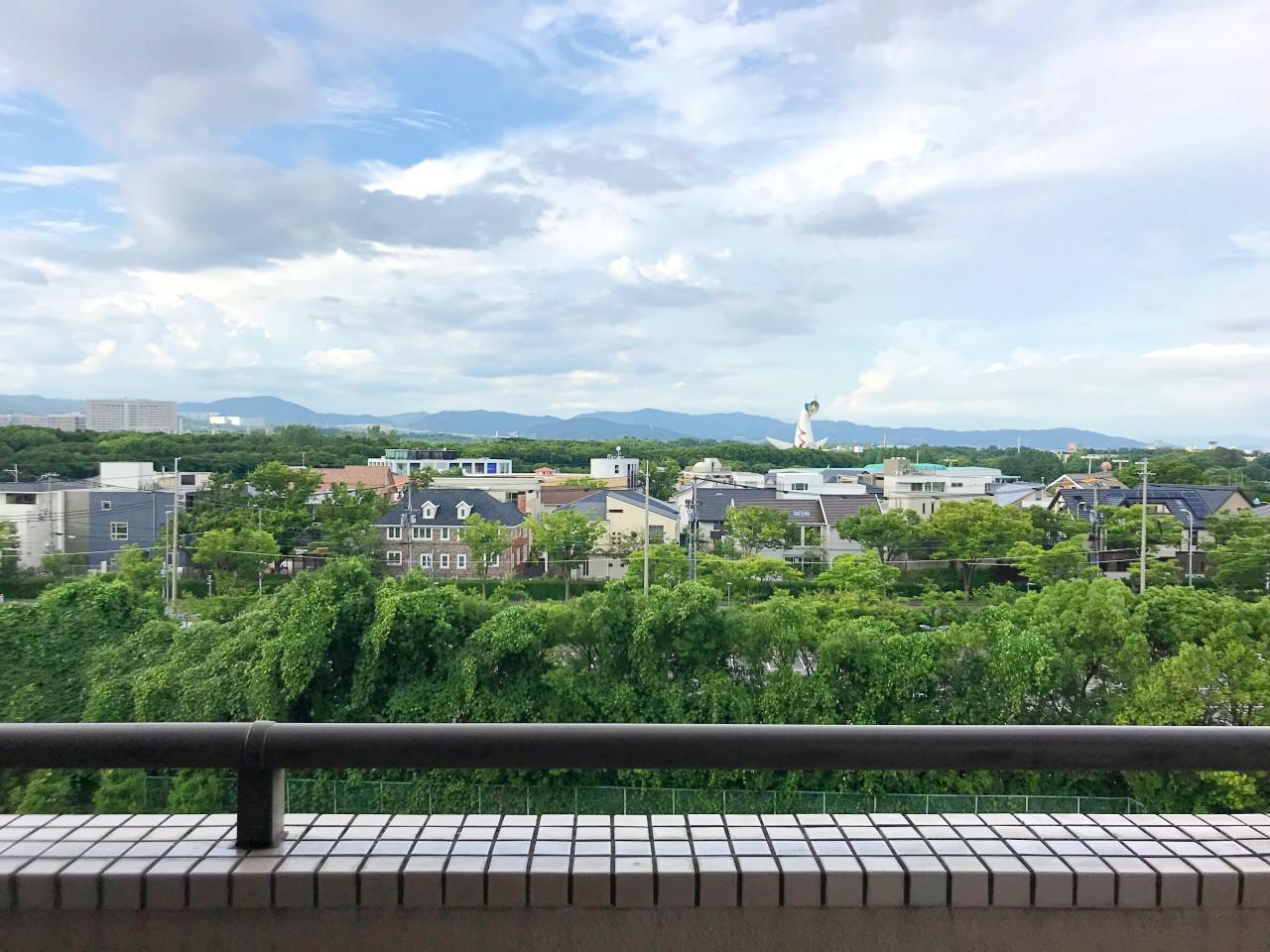 洋室バルコニー、北側の眺望。ここからも太陽の塔と万博公園の緑