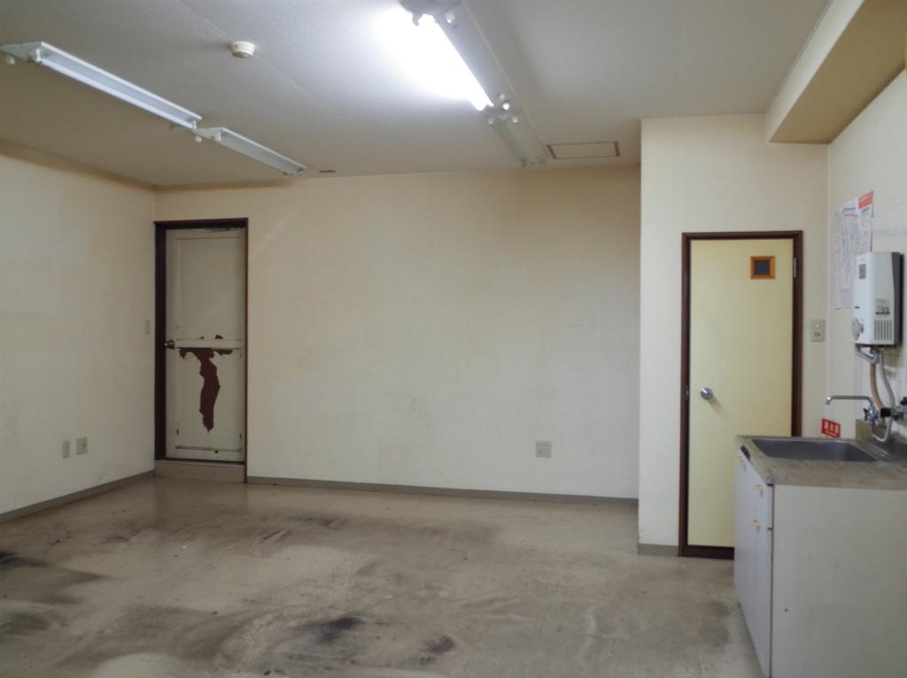 左手の扉は共用廊下への出口です