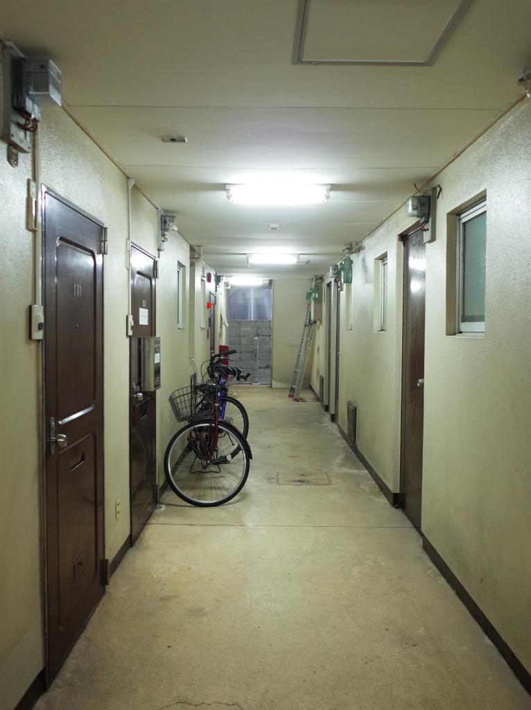 共用廊下。廊下を挟んだ向かいの区画は住居です