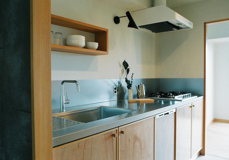 造作で、家具のように仕上げたキッチン。
