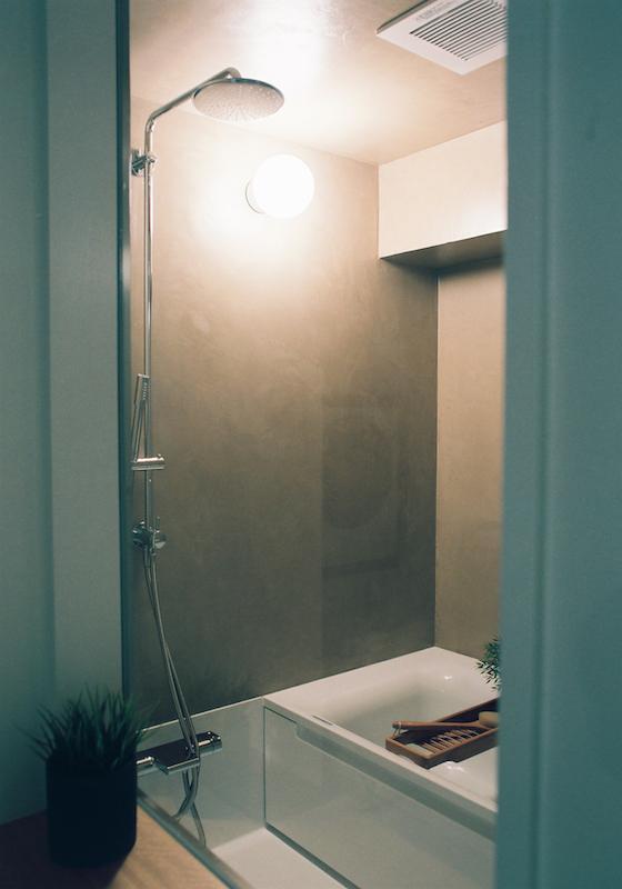 モールテックスで仕上げた浴室がまた、落ち着いた雰囲気。