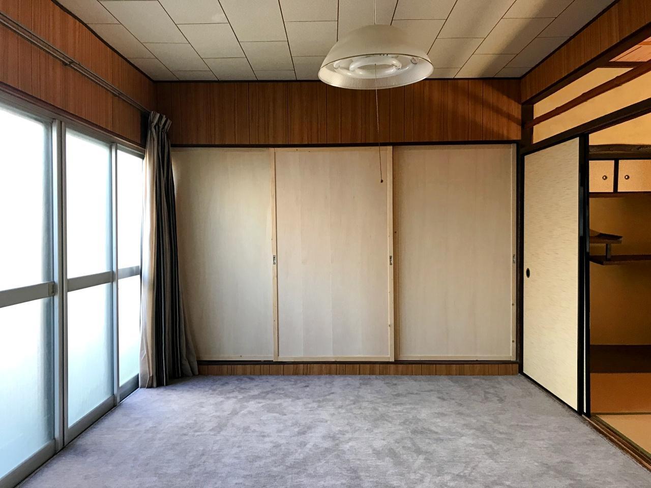 家主さんの手で修繕された洋室