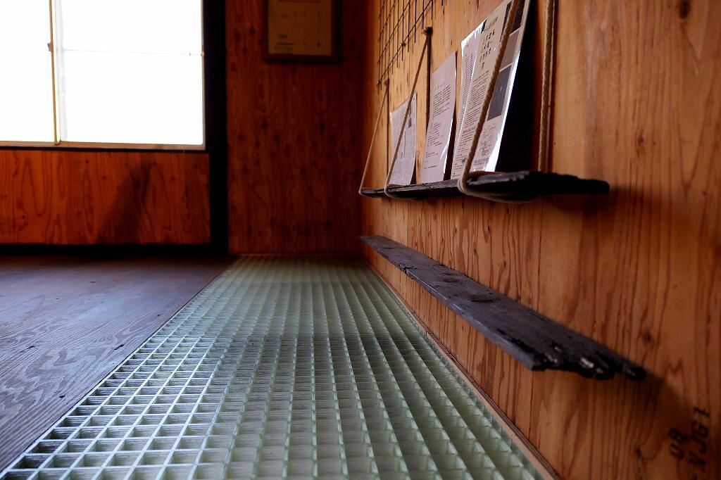 グレーチングの床、1階が透けて見える。流木とロープの組合せが面白い