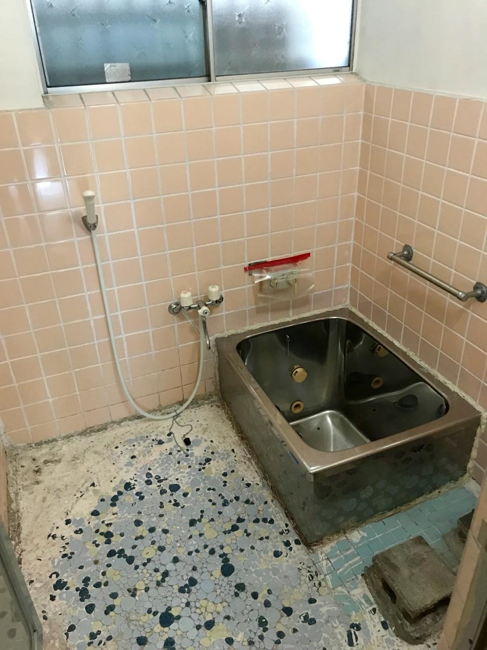 洗濯機が置かれていた様子の浴室