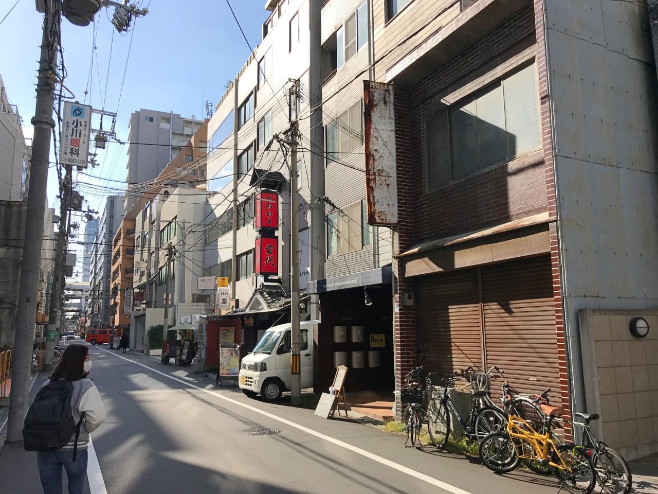 通りは飲食店多し。オフィス街の胃袋を支えてます