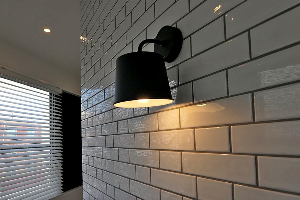 アクセントのタイルと黒のシンプル照明