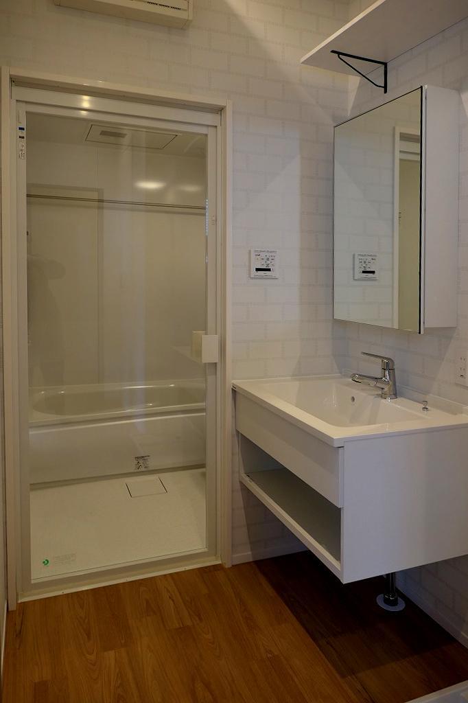 洗面脱衣室。ガラスドアの向こうは浴室