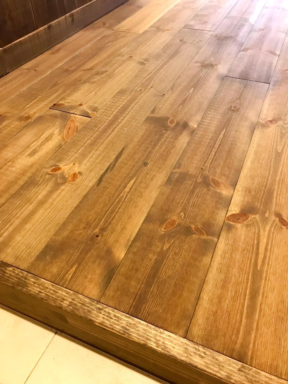 床の風合い。落ち着いたトーン