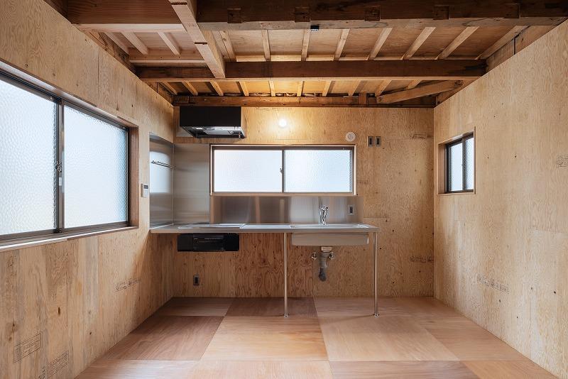 2階、ステンレスと木の組み合わせがかっこいい。床の千鳥柄も効いてます。