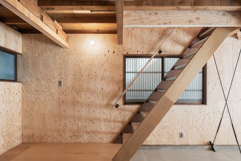 2階へ上がる階段。一段上がって玄関っぽくなっています。