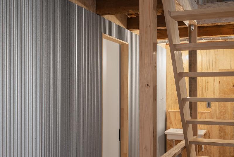 木とガルバリウム鋼板のコントラストが面白い