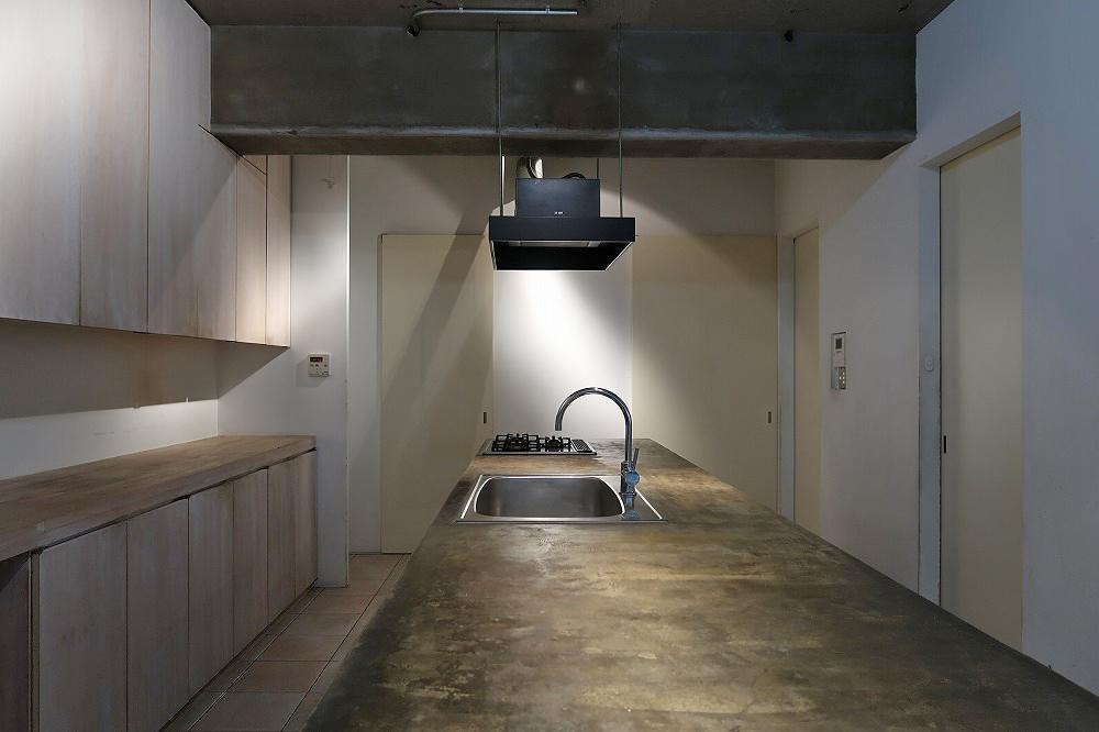 ドアは左から、洗面、玄関ホール、個室1、個室2へと繋がります。