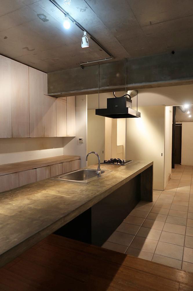 キッチンの床から玄関ホールまでテラコッタのタイル仕上げ