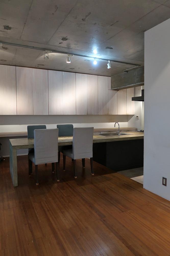 アイランドキッチンはテーブルを兼ねています。リビングの床材は杉の無垢フローリング。
