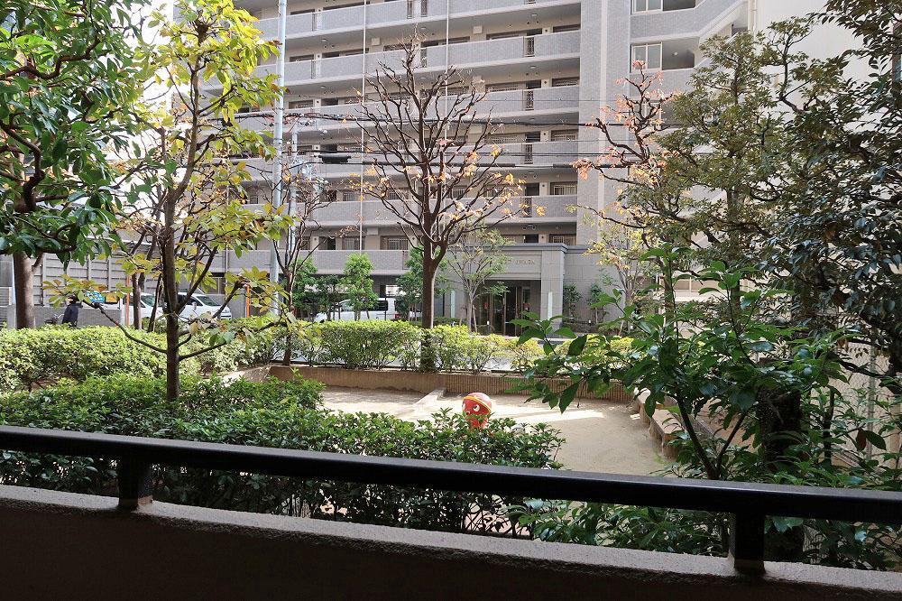 東側のバルコニーの向こうはマンション敷地内の公園