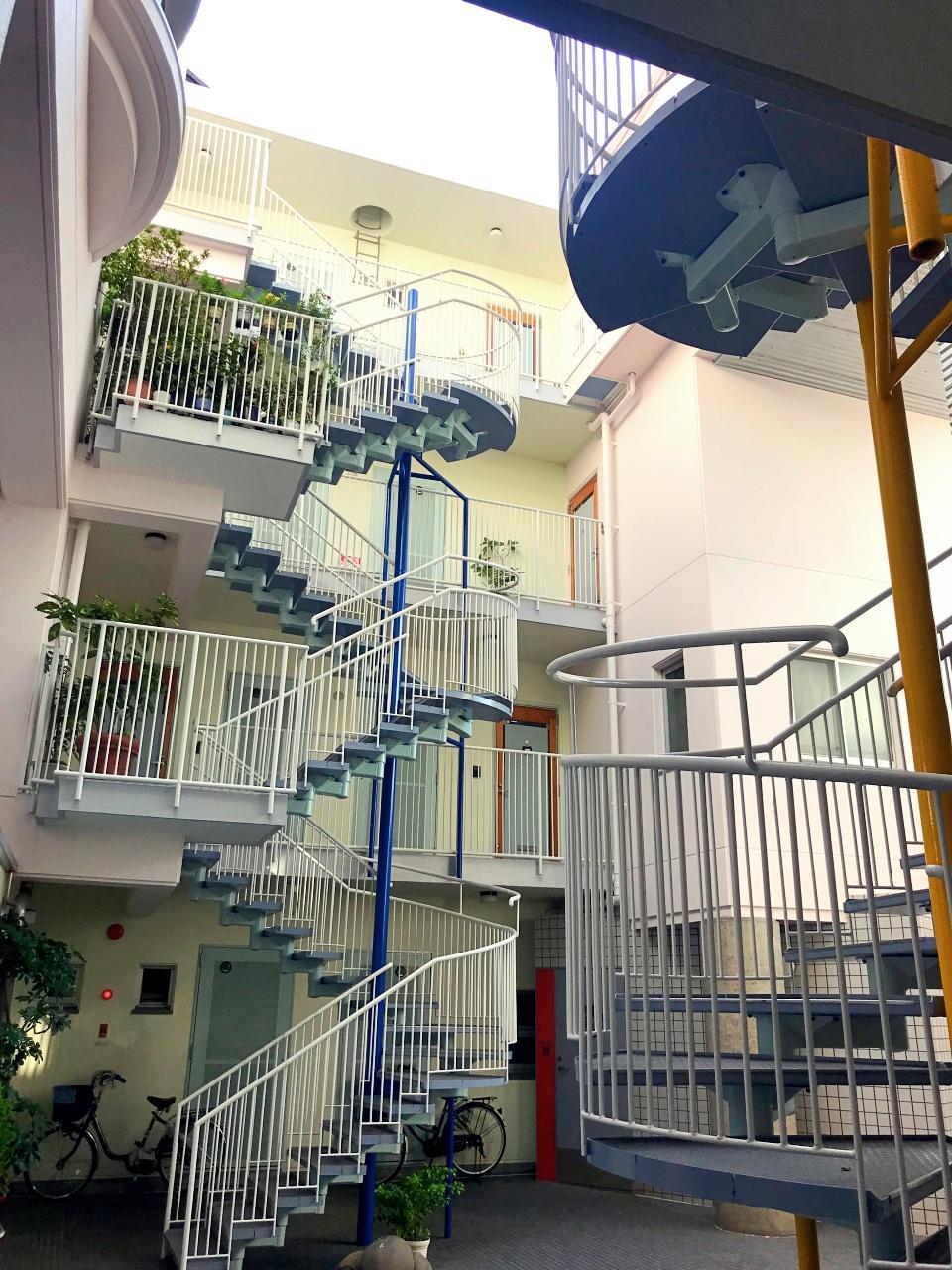各フロアの階段踊場に、住人の育てる植物が