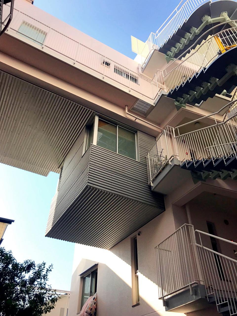 吊り下がったゴンドラのような住戸。ユニークです