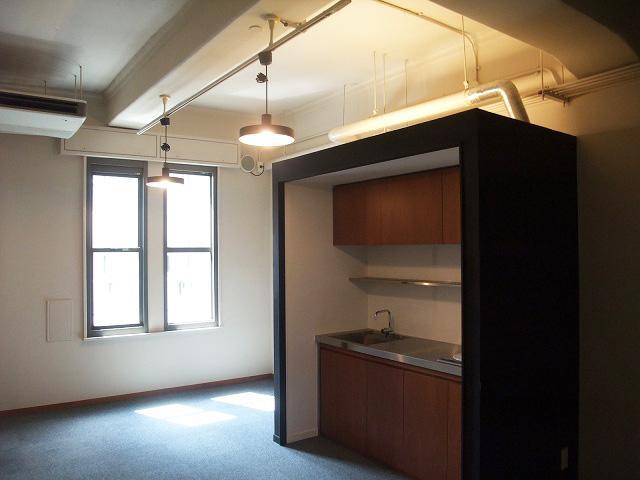 各部屋に専用キッチンを擁する黒いハコ(写真は2FのROOM7 ※成約済み)