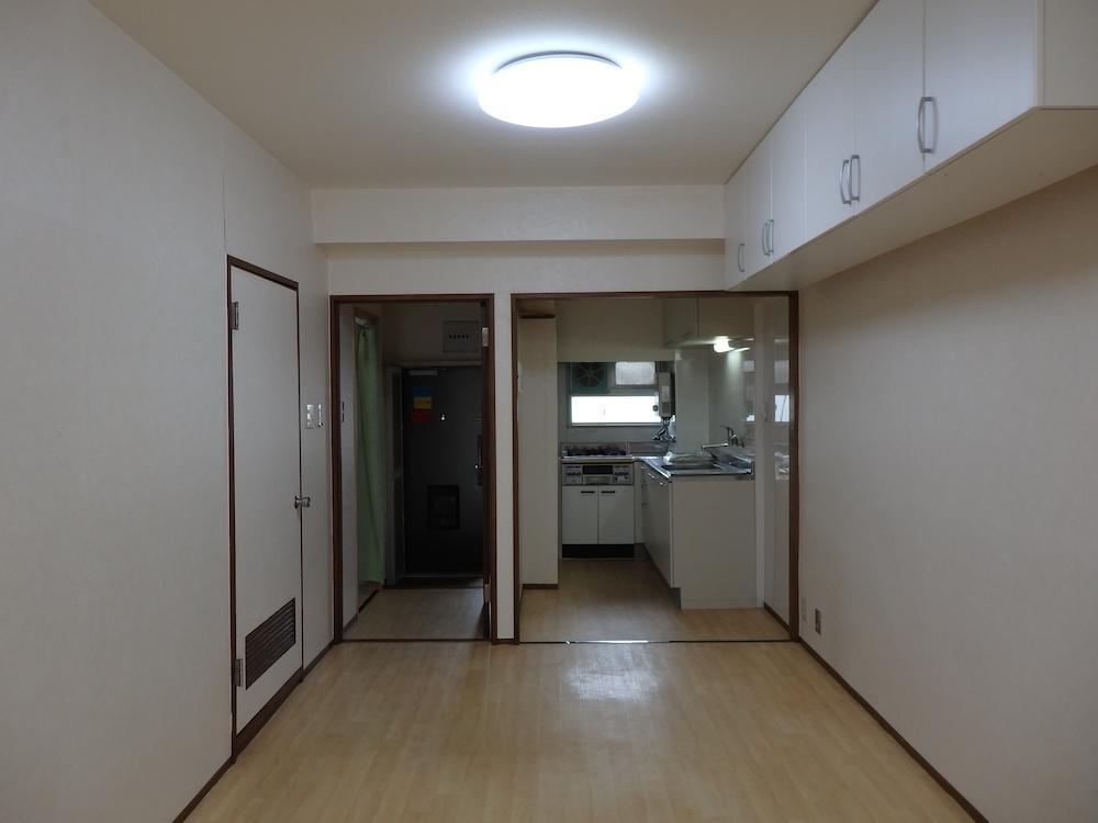 縦に長い間取りゆえ、玄関横にキッチンが使いづらそうに収まっています