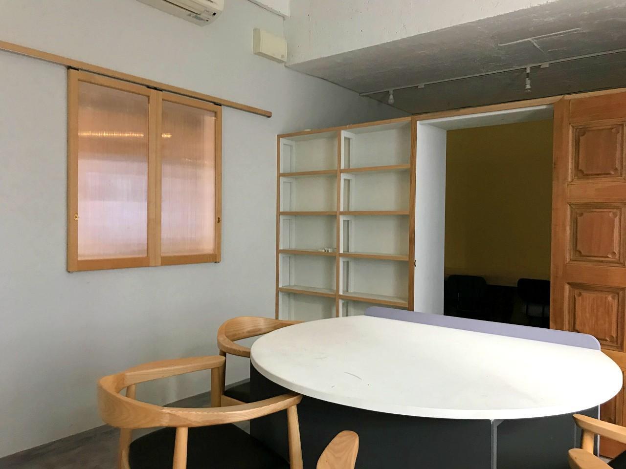 約8坪の空間が手前を打ち合わせスペース、奥を作業スペースに