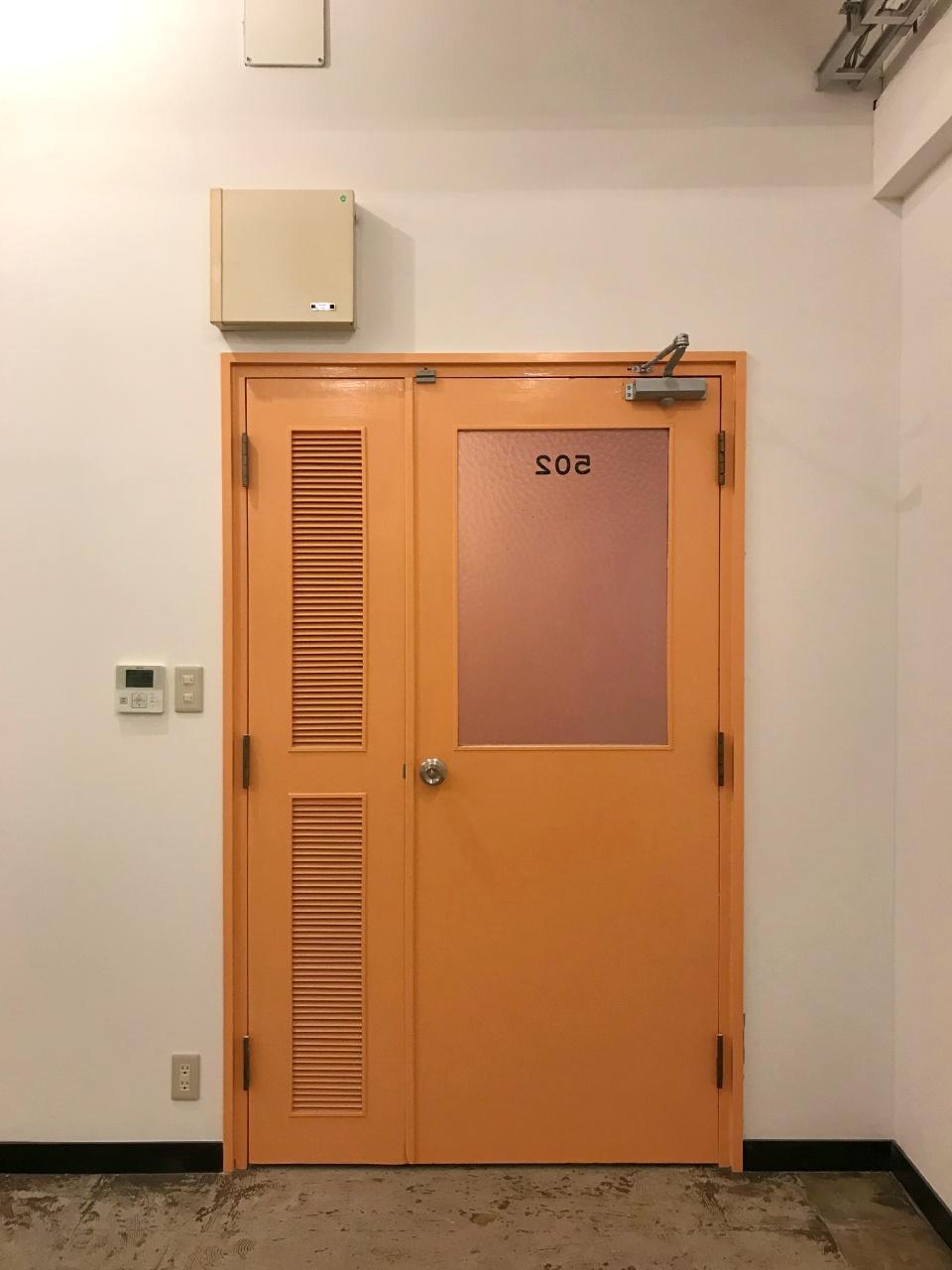 5階のテーマカラーはオレンジ(サーモンピンク?)