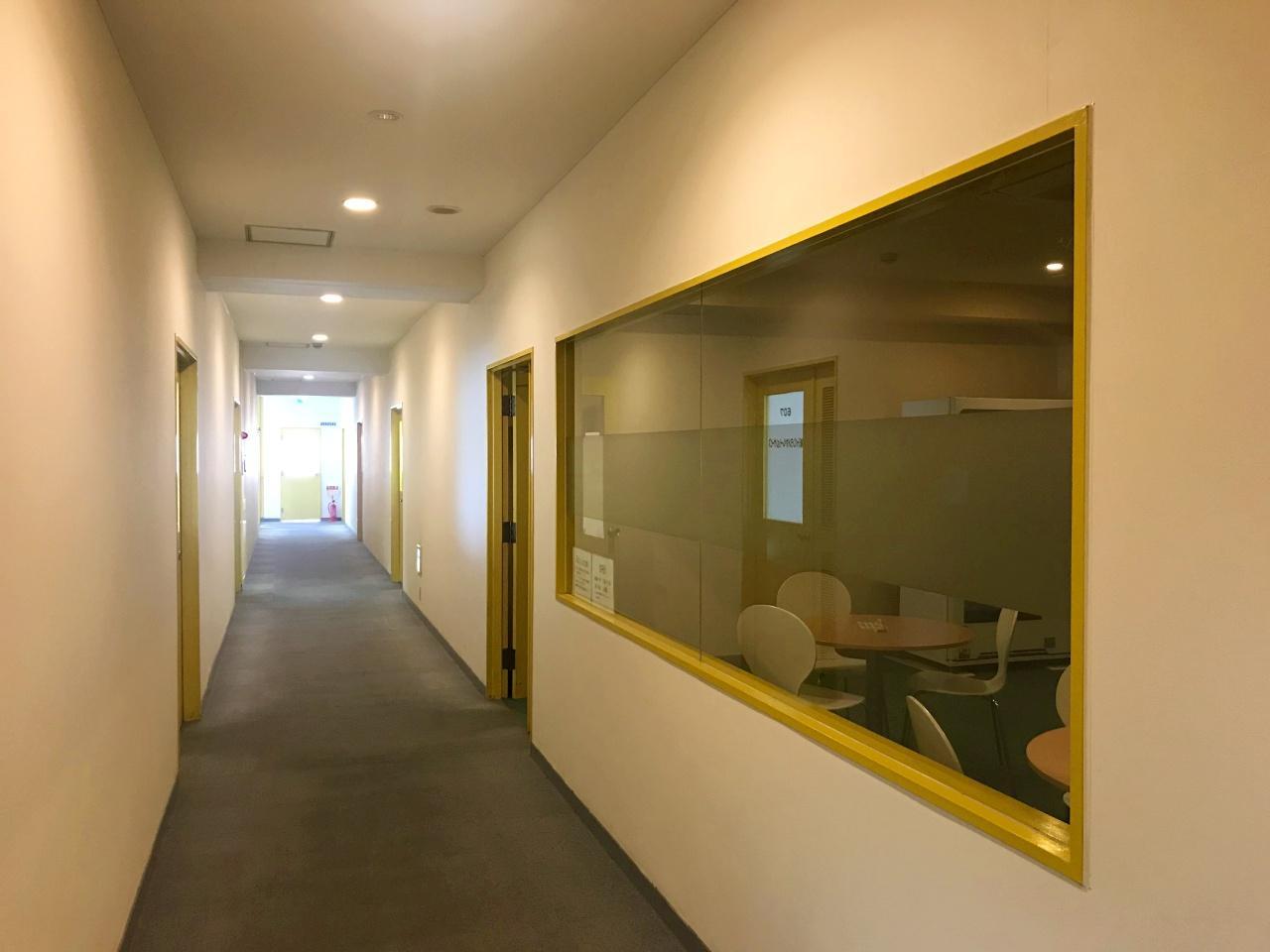 もう一つ、奥まったミーティングスペースも