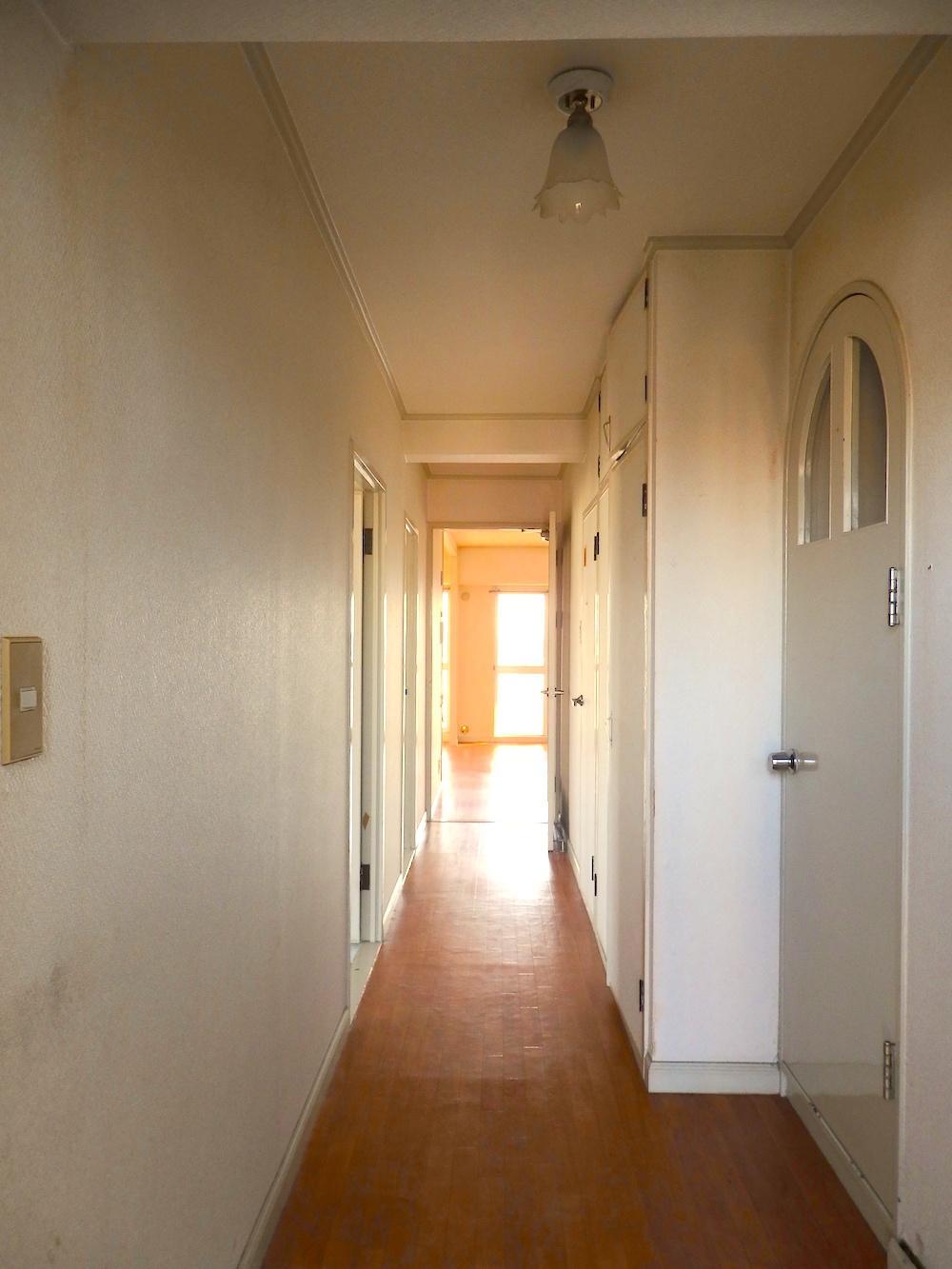 玄関を入ったところ。右手、脱衣所に入るアール建具が唯一残せそうなポイント
