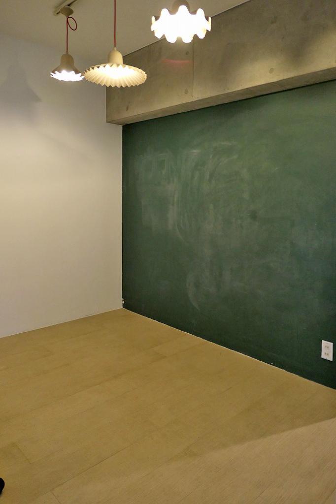 ゆったりとした玄関スペース。一部黒板になっています。